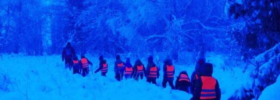 Lapset retkellä talvi metsä